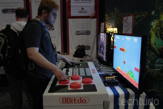 Controles gigantes na exposição da E3 2015 (Foto: Tais Carvalho / TechTudo)