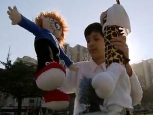 Hector exibe brinquedos criados a partir de suas obras (Foto: Reprodução/TV Tribuna)