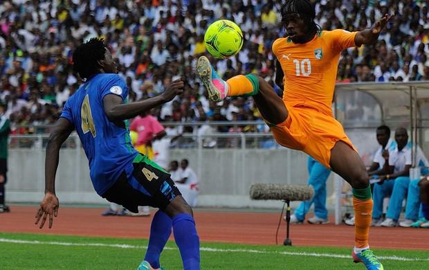 Gervais Yao Kouassi e Gervinho Tanzânia x Costa do Marfim (Foto: AFP)