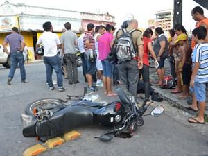 Motociclista teve uma fratura exposta na perna direita (Foto: Walter Paparazzo/G1)