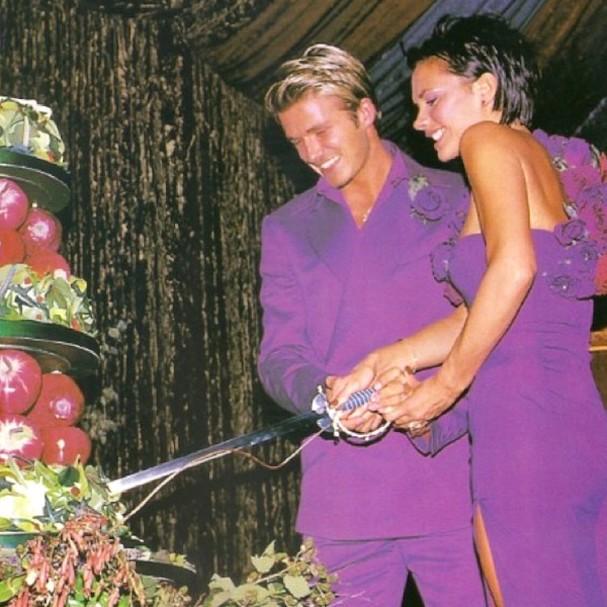 Victoria Beckham usou um vestido creme na cerimônia, mas trocou por um roxo Antonio Berardi na hora da recepção após seu casamento com David Beckham (Foto: Reprodução)