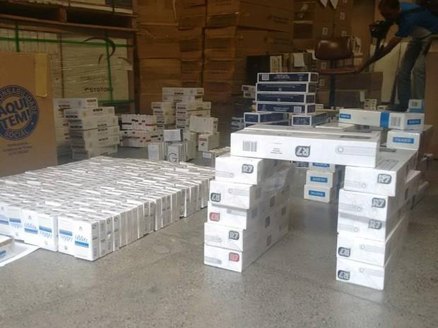 Cerca de 1.600 maços de cigarros contrabandeados do Paraguai foram apreendidos em Valadares. (Foto: Diego Souza/G1)