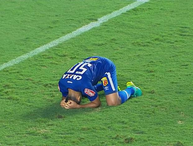 Ábila lamenta gol perdido no final do jogo