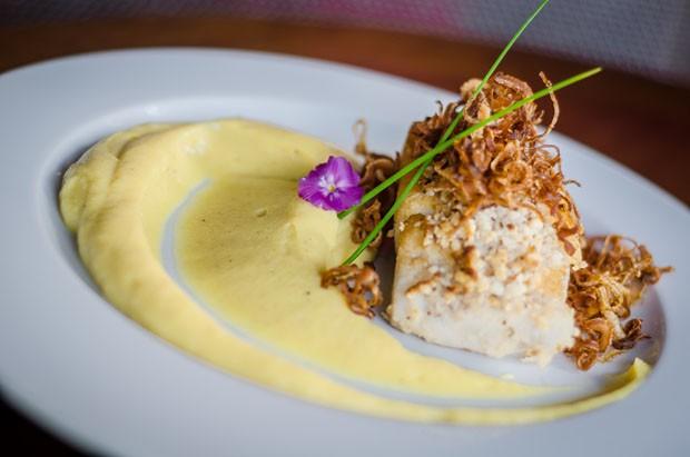 Receita: peixe com crosta de castanha e purê de banana  (Foto: Divulgação)