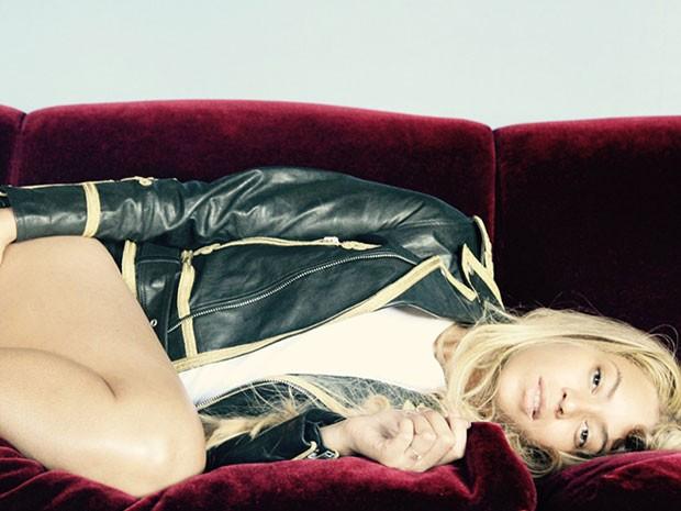 Beyoncé posa de shortinho para foto (Foto: Site Oficial/ Reprodução)