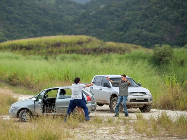 Após fuga da jornalista, Marcos aponta a arma para o médium (Foto: Fabiano Battaglin / Gshow)