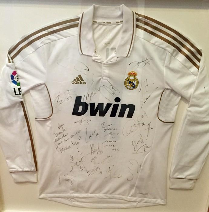 A camisa do Real Madri autografado por todo o time; Cristiano Ronaldo dançou Ai, Se Eu Te Pego e tornou a música um sucesso mundial (Foto: Isabella Pinheiro/Gshow)