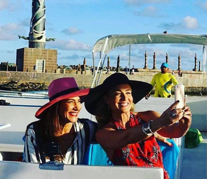 Angélica e Virgínia Cavendish posaram para aquela selfie especial durante passeio de catamarã em Recife (Foto: Arquivo Pessoal)