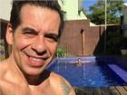 Leandro Hassum curte sol e piscina com a mulher, Karina: 'De bobeira'