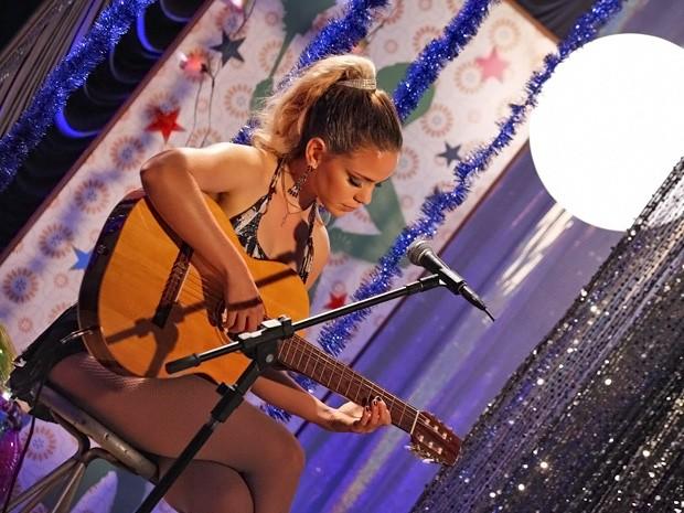 Rosário ainda presenteia o público com canção solo (Foto: Cheias de Charme/ TV Globo)