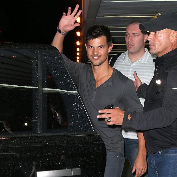Taylor Lautner acena para paparazzi  (Foto: Gabriel Rangel/ Agnews)