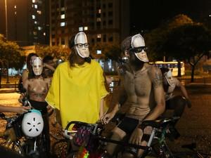 grupo usa máscara com rosto de Ricardo Neis (Foto: Carolina Marquis/G1)