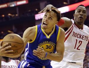 Stephen Curry encara a presença de Dwight Howard no garrafão (Foto: AP Photo/David J. Phillip)