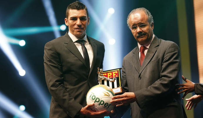 Lúcio, do Palmeiras, recebe prêmio de melhor zagueiro do Paulistão (Foto: Marcos Ribolli)
