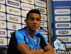 Souza concede entrevista no Olímpico (Foto: Rodrigo Faturri/Grêmio FBPA)