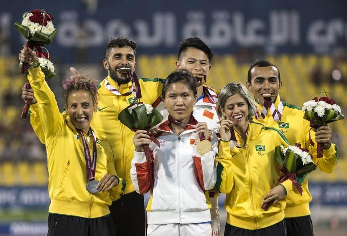Pódio dos 400m T11 teve dobradinha do Brasil, com a prata de Terezinha Guilhermina o bronze de Thalita Simplício em Doha (Foto: Daniel Zappe/CPB)