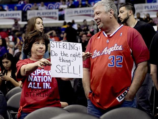 Torcedora exibe cartaz pedindo para que Sterling venda suas ações do Los Angeles Clippers (Foto: AP)