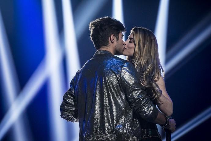 Léo e Diana se beijam diante do público (Foto: Inacio Moraes / Gshow)