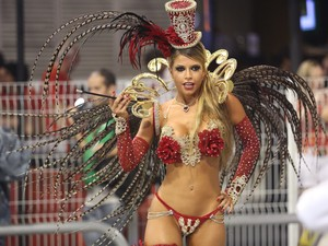 A ex-BBB Cacau Colucci exibe a fantasia durante desfile da Dragões da Real (Foto: Raul Zito/G1)