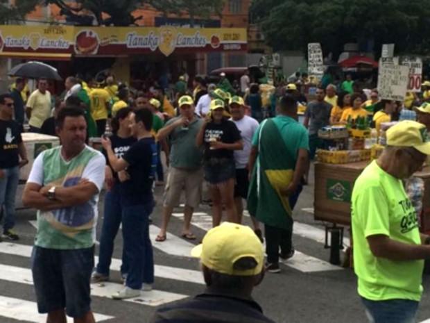Grupo que pede a saída da presidente Dilma ocupa a praça Cívica, em Natal (Foto: Anderson Barbosa/G1)