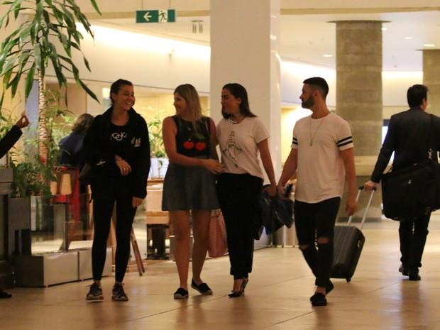 Dani Calabresa e Anitta com amigos em shopping na Zona Oeste do Rio (Foto: Fábio Moreno/ Ag. News)