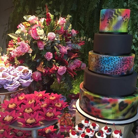 O bolo do aniversário da atriz é assinado por Adriana Milane (Foto: Reprodução Instagram)