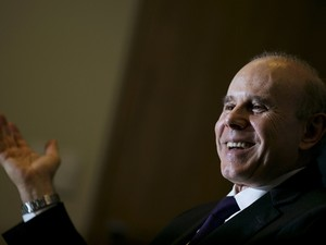 Ministro da Fazenda, Guido Mantega, sorri durante entrevista à agência Reuters (Foto: Ueslei Marcelino/Reuters)