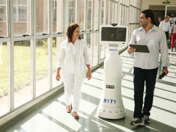 Robô já não causa tanta estranheza nos corredores do hospital. (Foto: UEM/Divulgação)