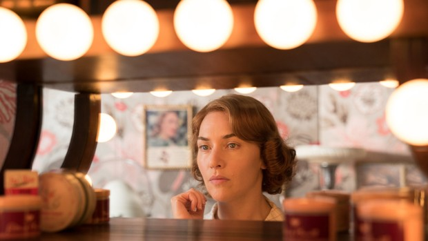 Kate Winslet as Ginny, a 1950s waitress on the verge of spinning out, in <em>Wonder Wheel. </em> (Foto: Amazon Studios)
