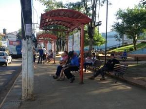 Espera por ônibus aumentou, segundo usuários do serviço (Foto: Larissa Matarésio/G1)