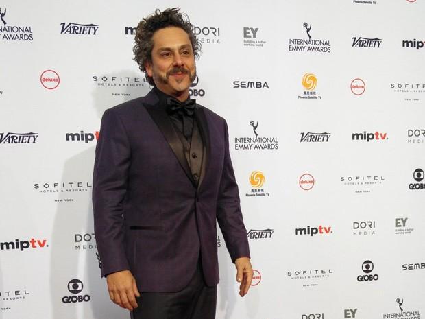 Alexandre Nero posa no tapete vermelho do Emmy Internacional, em Nova York, nesta segunda-feira (21) (Foto: Emmy Internacional/Site oficial)