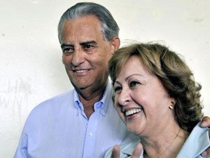 Roriz com a mulher, Weslian, no dia da eleição, em outubro do ano passado (Foto: Agência Brasil)