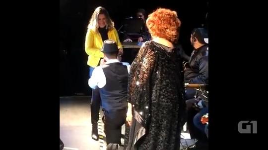 Sobrevivente da Kiss pede namorada em casamento no show de Alcione