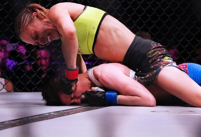 Amber Brow acerta um soco na cabeça da irlandesa Catherine Costigan (Foto: Evelyn Rodrigues)