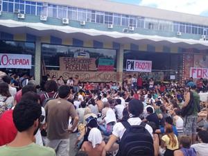 Assembleia de estudantes ocorre em frente à reitoria (Foto: Janara Nicoletti/G1)