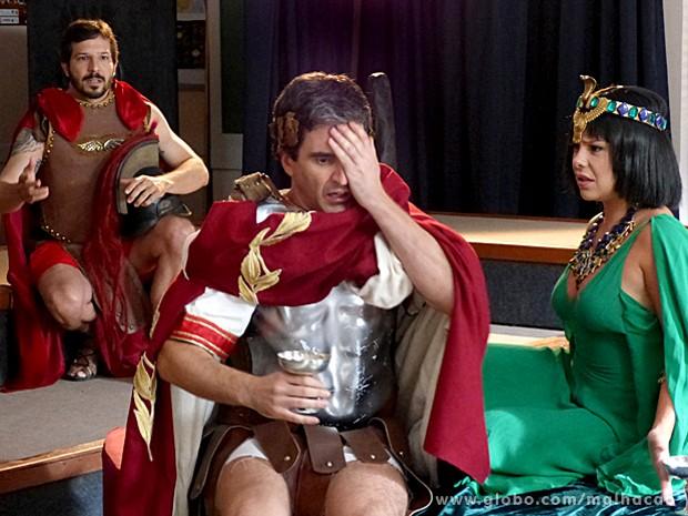 Abelardo tem uma crise nervosa no meio da aula de história de Virgílio (Foto: Malhação / TV Globo)