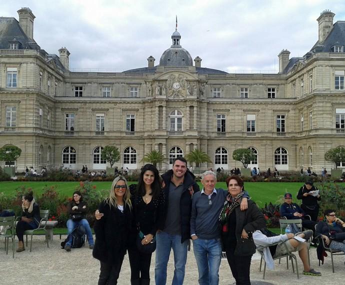 Família reunida no Jardim de Luxemburgo, em Paris (Foto: Arquivo Pessoal)