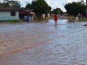 Rio Machado, em Ji-Paraná, começa a invadir ruas da cidade (Foto: Mônica Santos/G1)