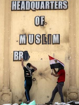 Manifestantes depredam sede da Irmandade Muçulmana na região de Muqatam, na capital egípcia, dia 1º de julho (Foto: Khalil Hamra/AP)
