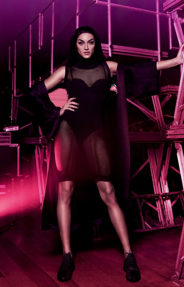 Pabllo usa: vestido Lança Perfume,  R$ 617, body Lupo, R$ 126,50  e quimono LAB, R$ 700  (Foto:  )