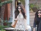 Selena Gomez aparece com look riponga chic