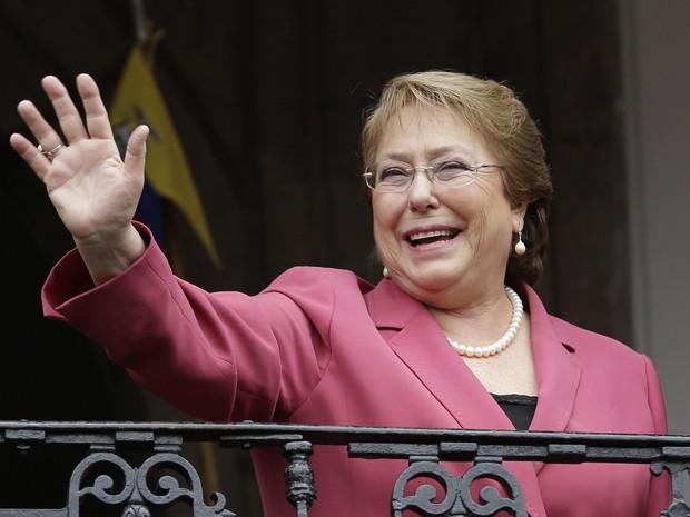 A presidente do Chile, Michelle Bachelet, acena da sacada do Palácio do Governo em Quito, durante visita ao Equador em 15 de outubro (Foto: AP Photo/Dolores Ochoa)