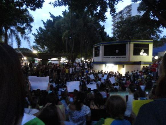 Grupo de manifestantes se reuniu em Santa Bárbara d'Oeste para protestar (Foto: Nicholas Bie/VC no G1)