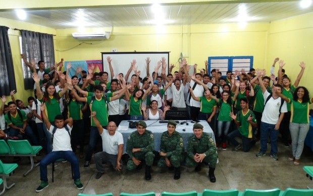 Comando do policiamento militar instrui alunos para a gincana ambiental (Foto: Onofre Martins/Rede Amazônica)
