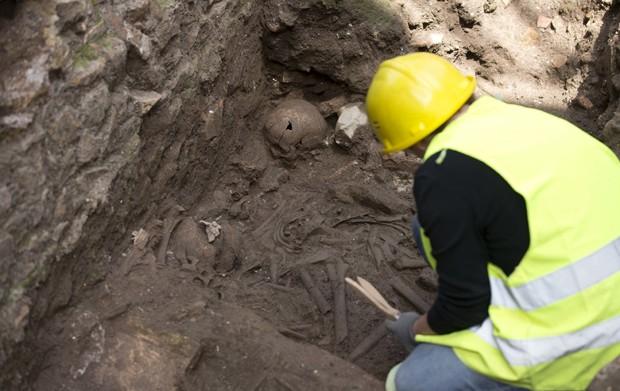 Nas escavações também foram encontrados ossos humanos e moedas da época. (Foto: AP Photo/Alessandra Tarantino)