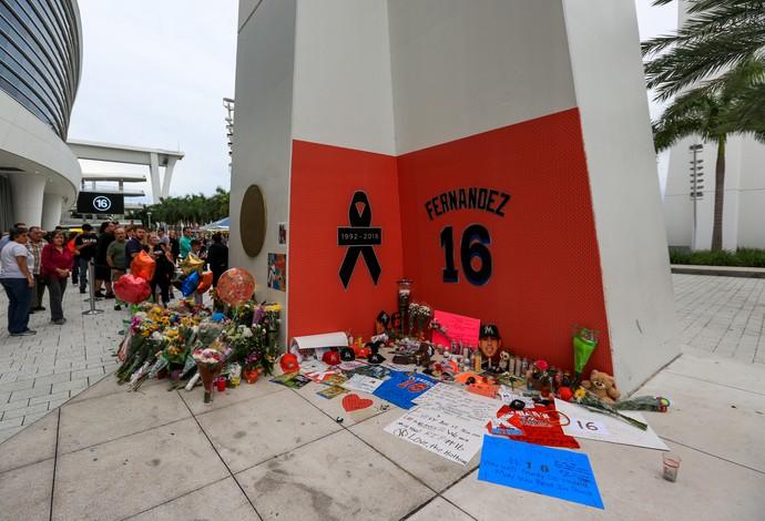 Fãs fizeram um memorial do lado de fora do Marlins Park, em tributo a José Fernandez (Foto: Getty Images)