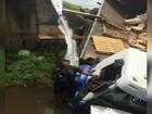 Caminhão cai em córrego e motorista tem ferimentos leves em Guarantã