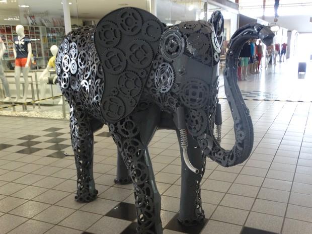 Elefante feito de metal por Valmir Reginaldo (Foto: Paula Cavalcante/ G1)