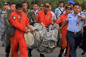 avião AirAsia destroços malas corpos resgate (Foto: Reuters/Antara Fotos/Kenarel)