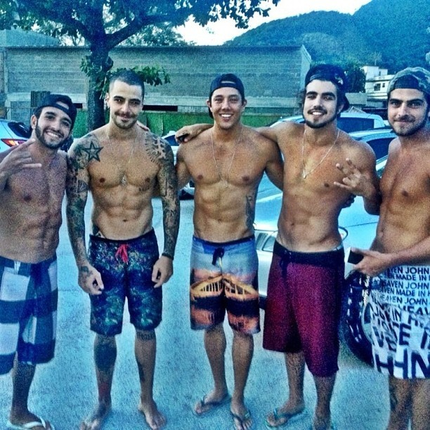 Felipe Titto posou ao lado de Caio Castro, Bruno Mesquita e amigos (Foto: Instagram/ Reprodução)